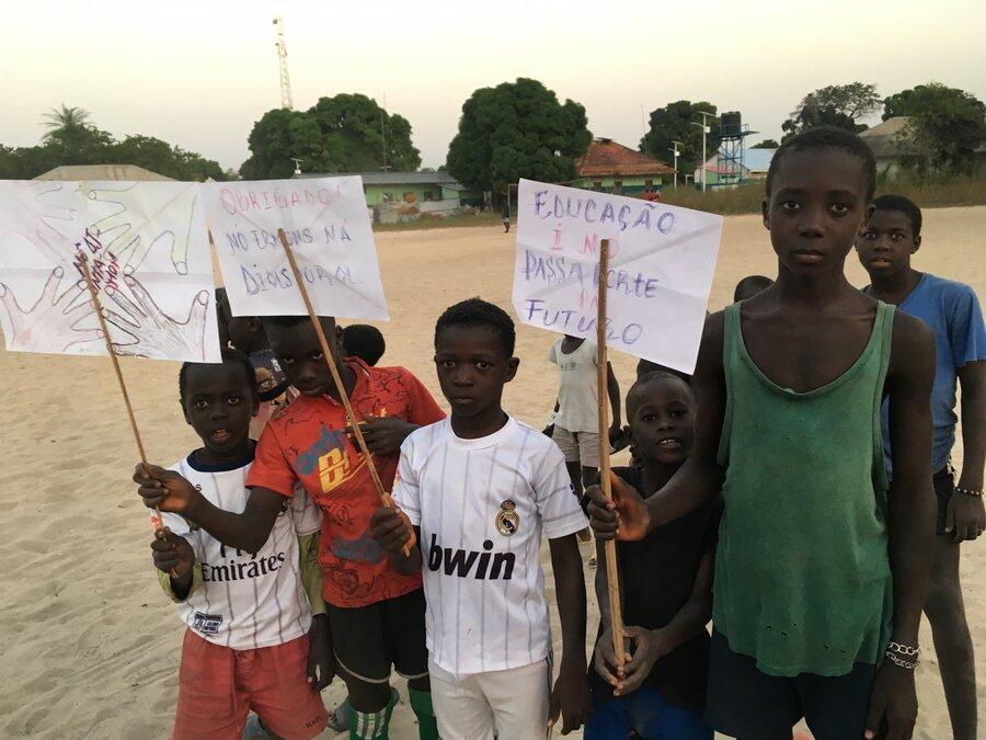 Schüler demonstrieren wie sie gerne zur Schule gehen
