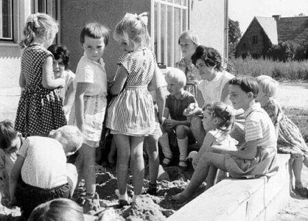 1961 - Erste Dreharbeiten noch im Sandkasten der Kindertagesstätte ©Winfried Junge (DEFA)