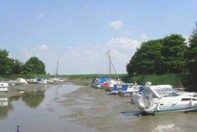 Yachthafen in Absen bei Ebbe