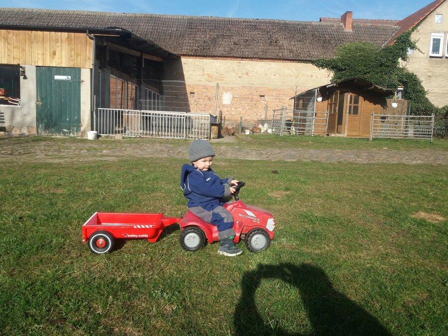 Junge auf Minitraktor