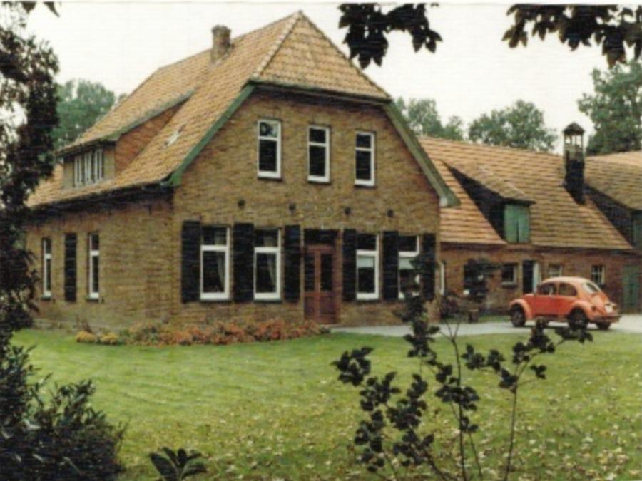 Altes Bild der Hofstelle mit VW-Käfer