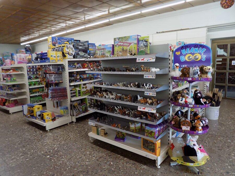 Spielwarenbereich im Spiel- und Haushaltwaren-Geschäft