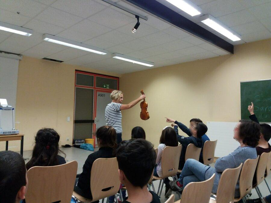Frau David erklärt die Streichinstrumente.