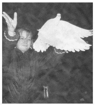 Josephine aus der ehemaligen 10. Klasse lässt eine Taube als Symbol des Friedens fliegen.