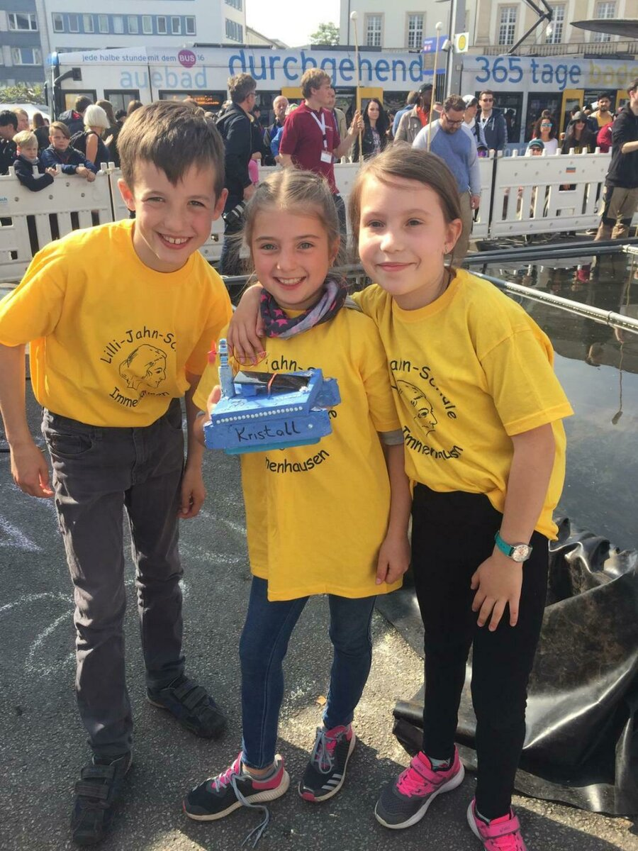 Leander, Paula und Mia mit Ihrem Boot Kristall