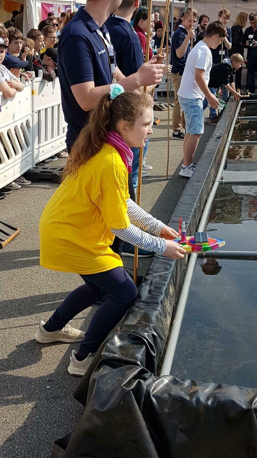 Stina mit Ihrem Solarboot beim Rennenstart