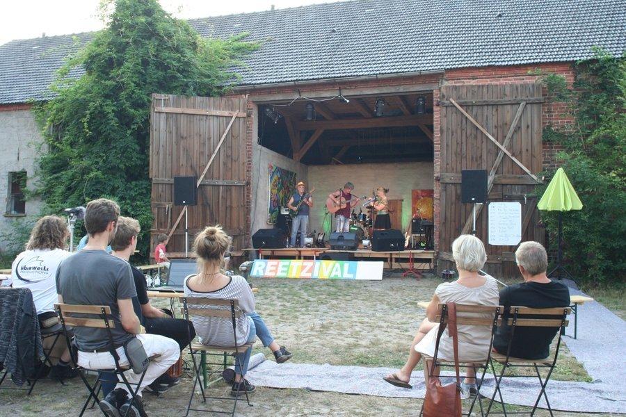 Kulturscheune: 20qm Bühne und 40qm Tanzfläche sowie weiteren Scheunenraum für ein Publikum von ca. 100-200 Personen.