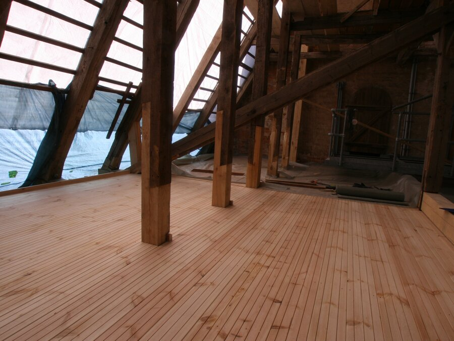 Entstehung restaurierter Dachstuhl