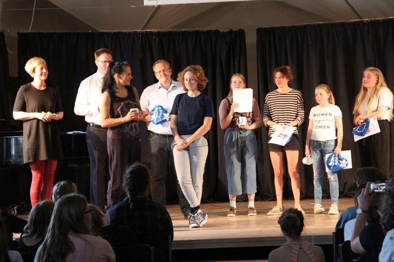 Die Gewinnerinnen erhalten ihre Preise vom Bürgermeister