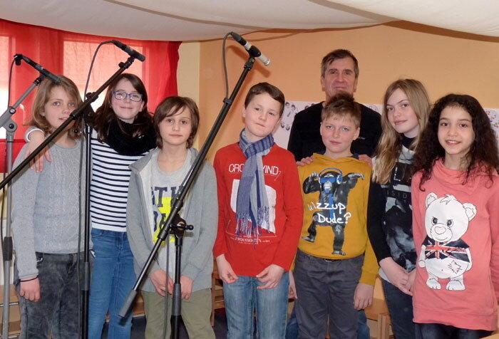 Schüler vor Mikrofonen