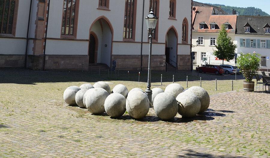 Diese Betonkette, entstand im letzten Jahr. Inzwischen ziert sie einen Schulhof in Gengenbach.