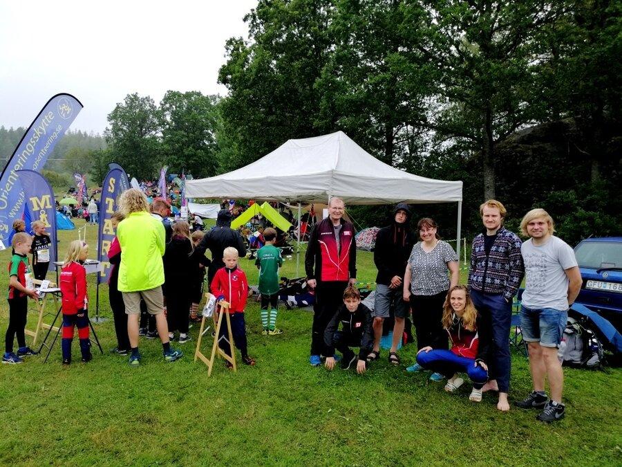 Team_zum_Startanfang_mit_Lagerplatz_am_Biathlon-OL-Stand