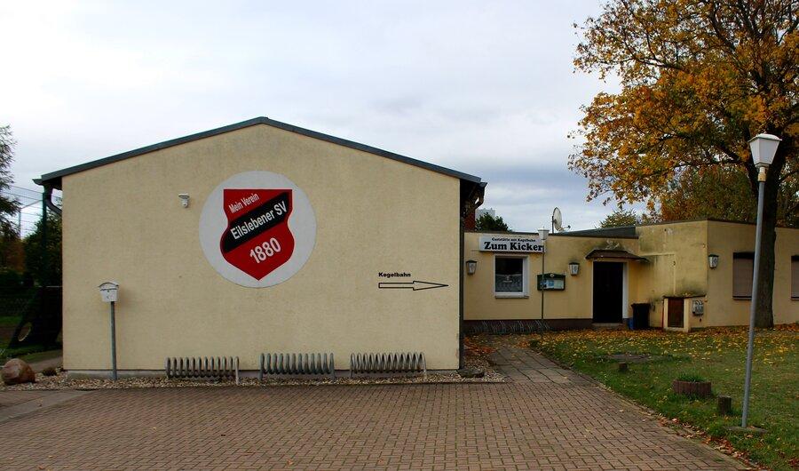 Sporthaus mit Eingang zur Kegelbahn