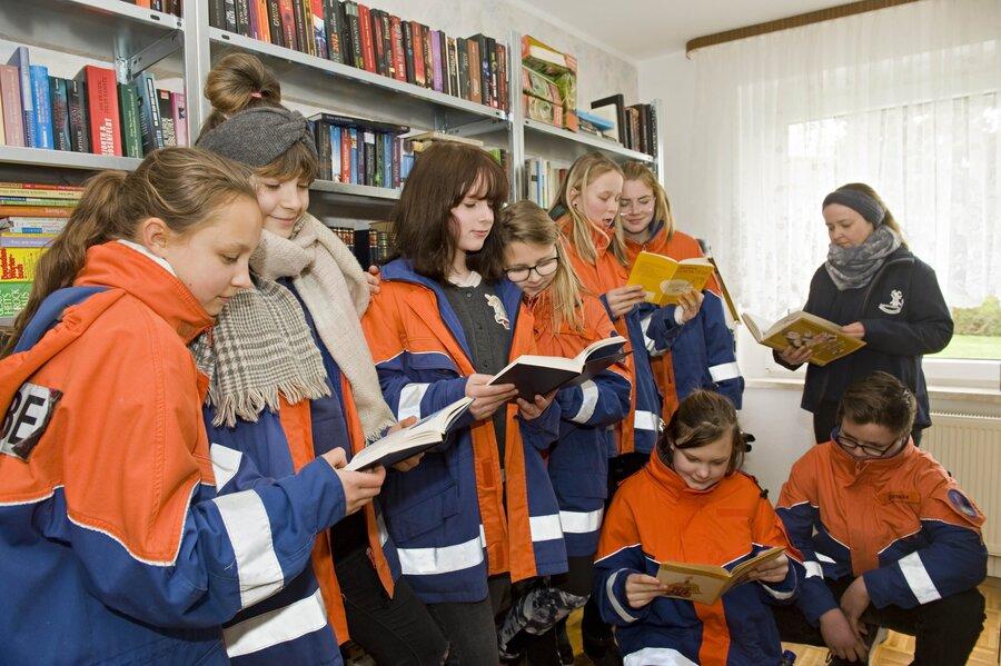Jugendfeuerwehr bei der Bibliothekseröffnung