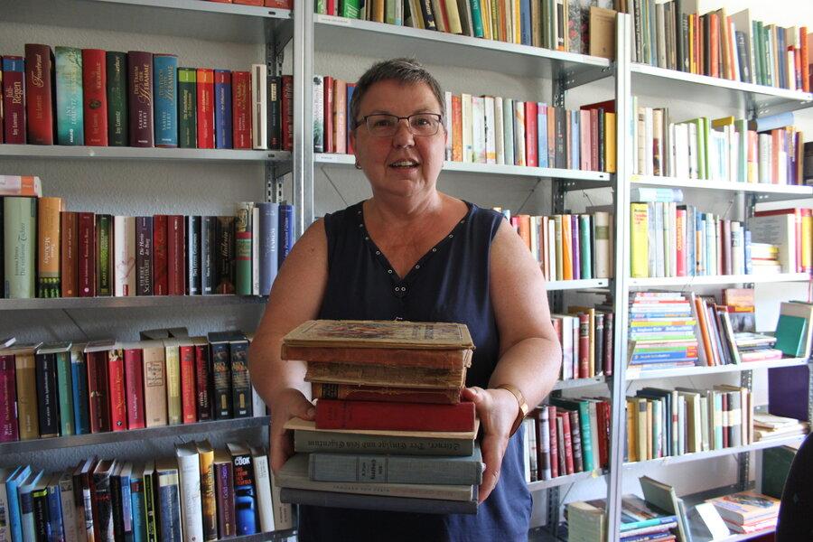 Gilda beim Einräumen der Bibliothek