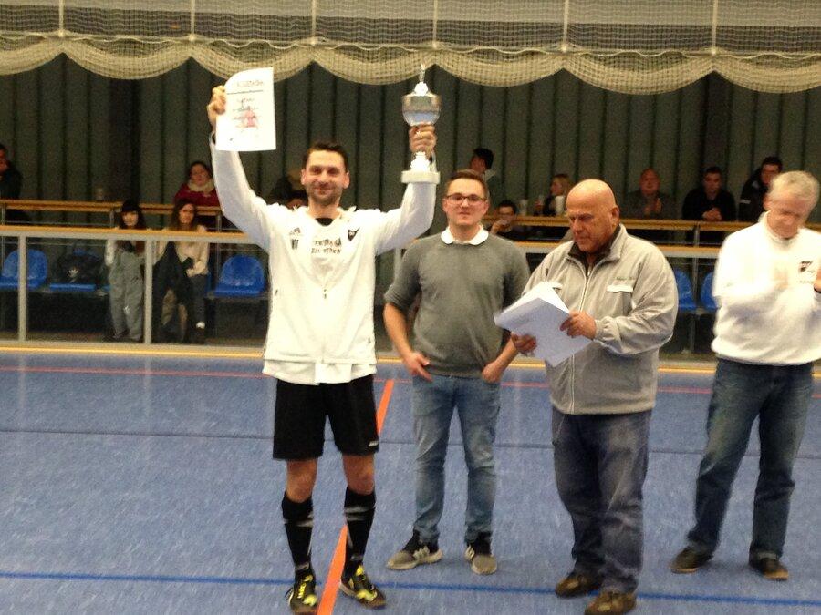 Maik Thonke empfängt den Siegerpokal