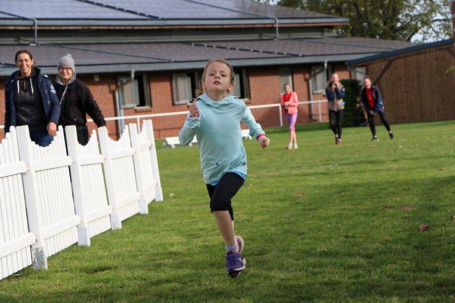 letzten Einsatz im Ziel des Crosslaufes - Carlotta Golle (6 Jahre)