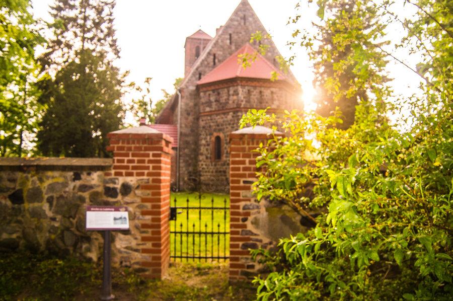 Stimmungsvoller Blick zur Dorfkirche Ladeburg