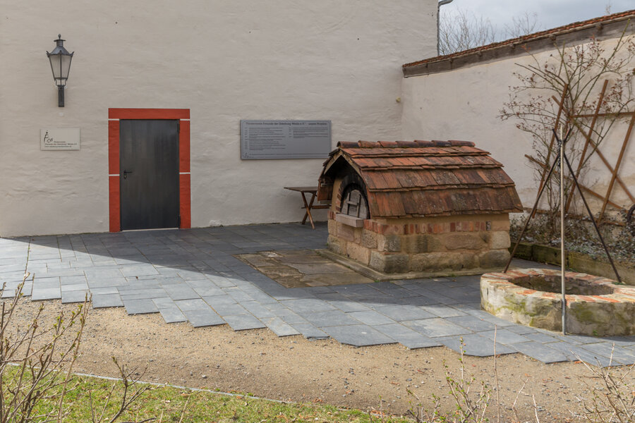 Blick auf Backofen, Feuerstelle und Eingang zum Vereinsraum