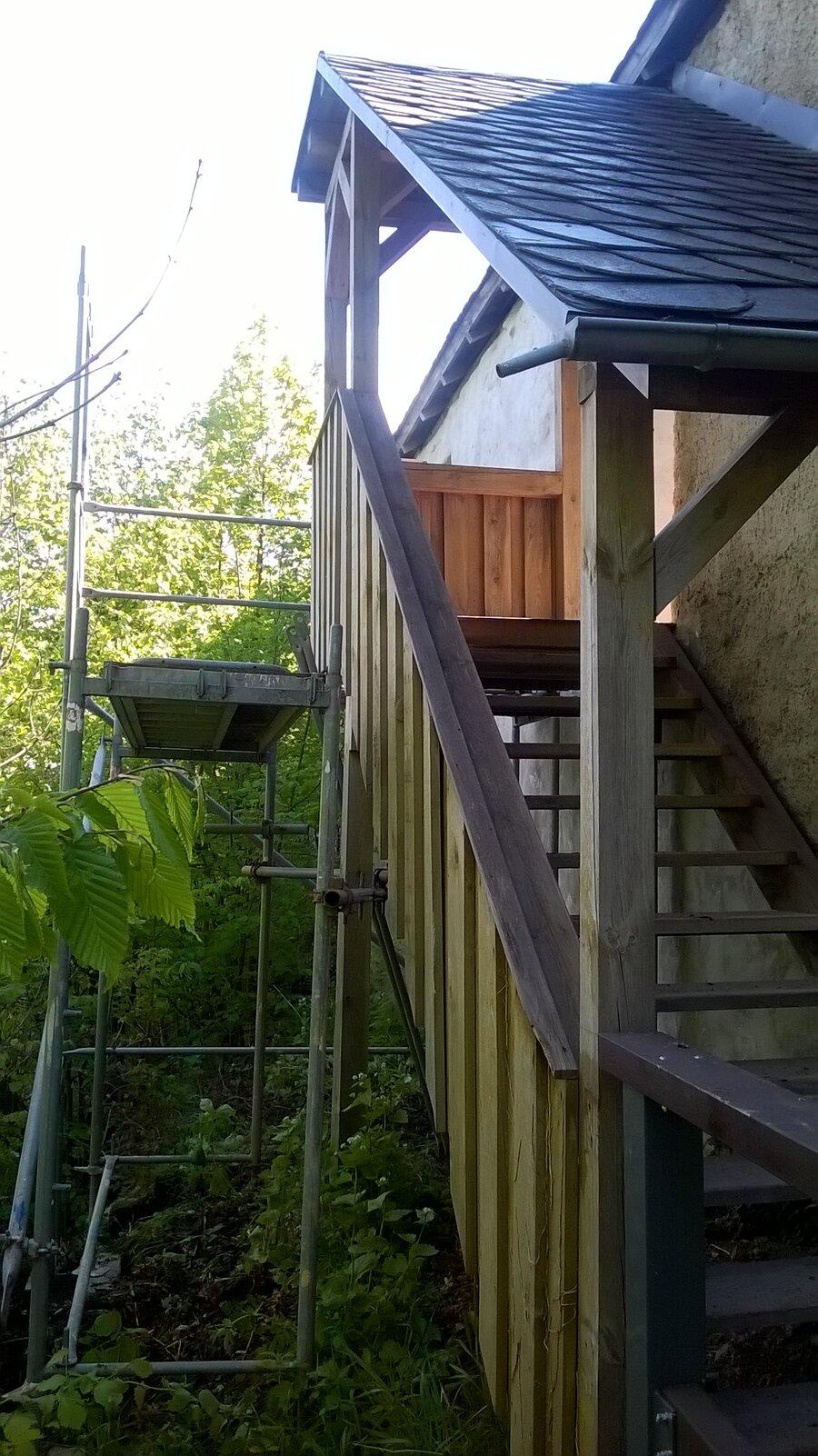 Holztreppe beim hinteren Aufgang während der Renovierung