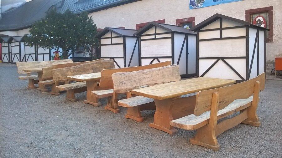 Die renovierten Holzmöbel auf dem Burghof