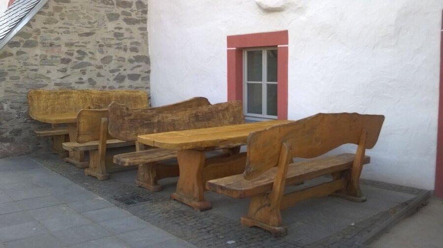 Die renovierten Holzmöbel auf der Terasse