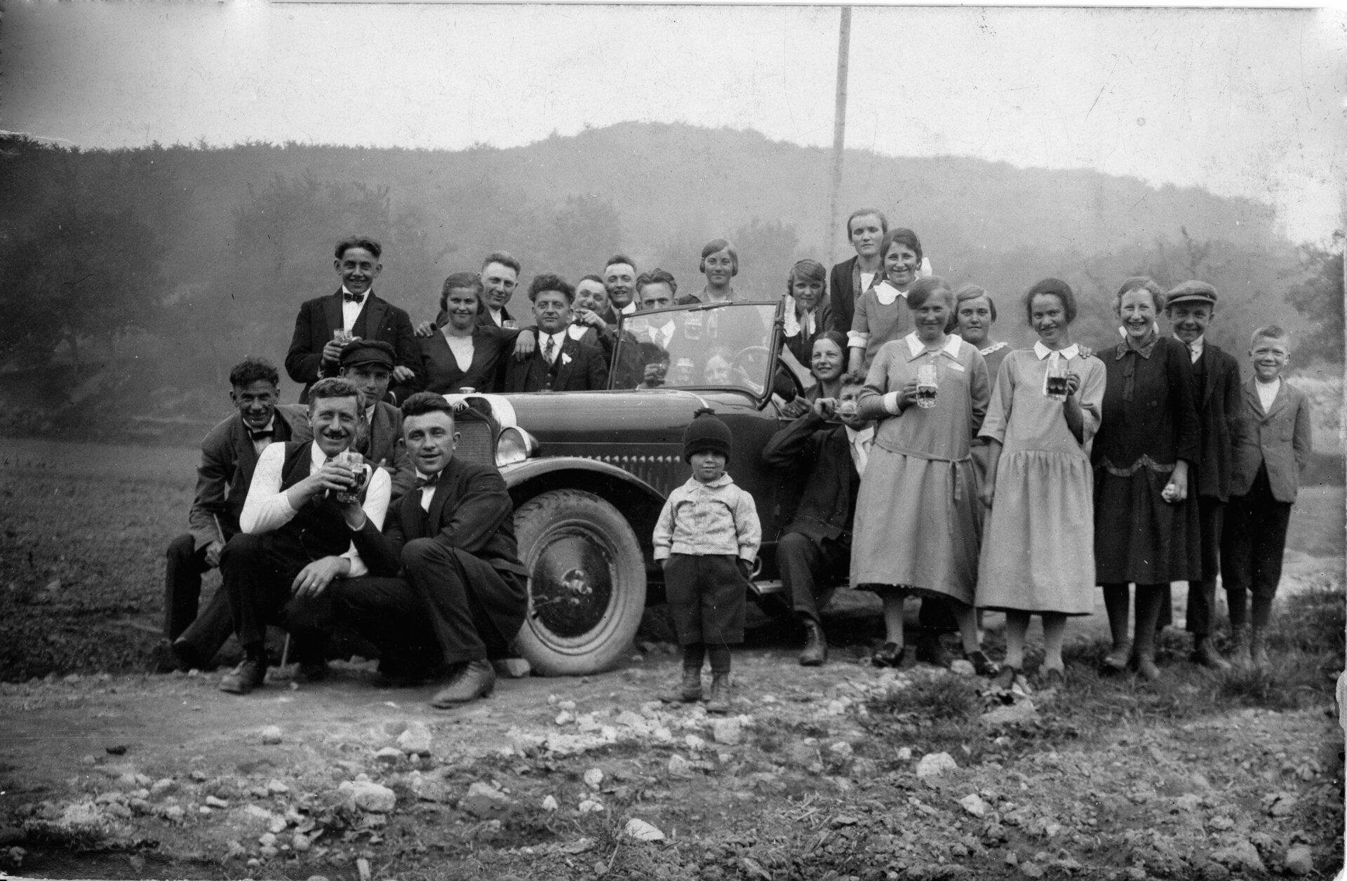 Frau Schwan mit Gruppe am Auto (1925)