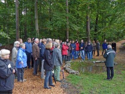 Der Betreuer des Ruhewaldes Förster i.R. Henry Staschke erläutert an einem Biotop im Ruhewald Flora und Fauna.