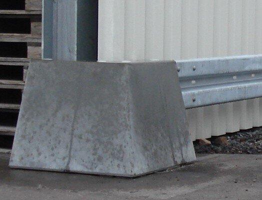 Anfahrschutz mit Leitplanke