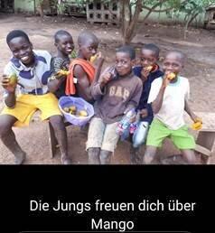 Jungs freuen sich über Mango
