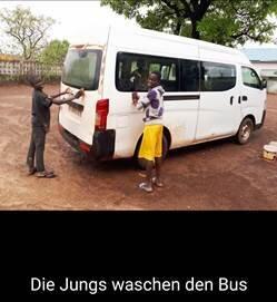 Jungs waschen den Bus