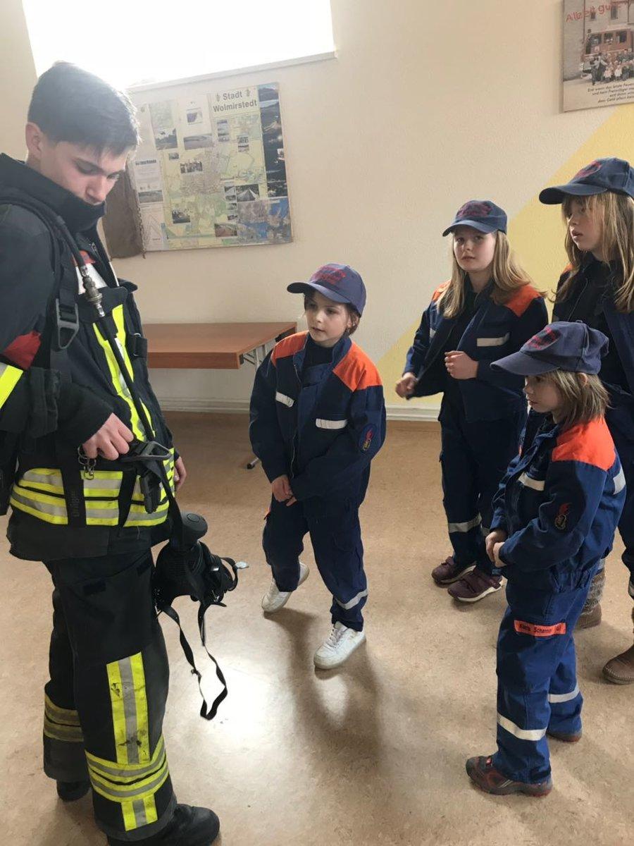 die Ausrüstung der Feuerwehr ist spannend und wird spielerisch erklärt