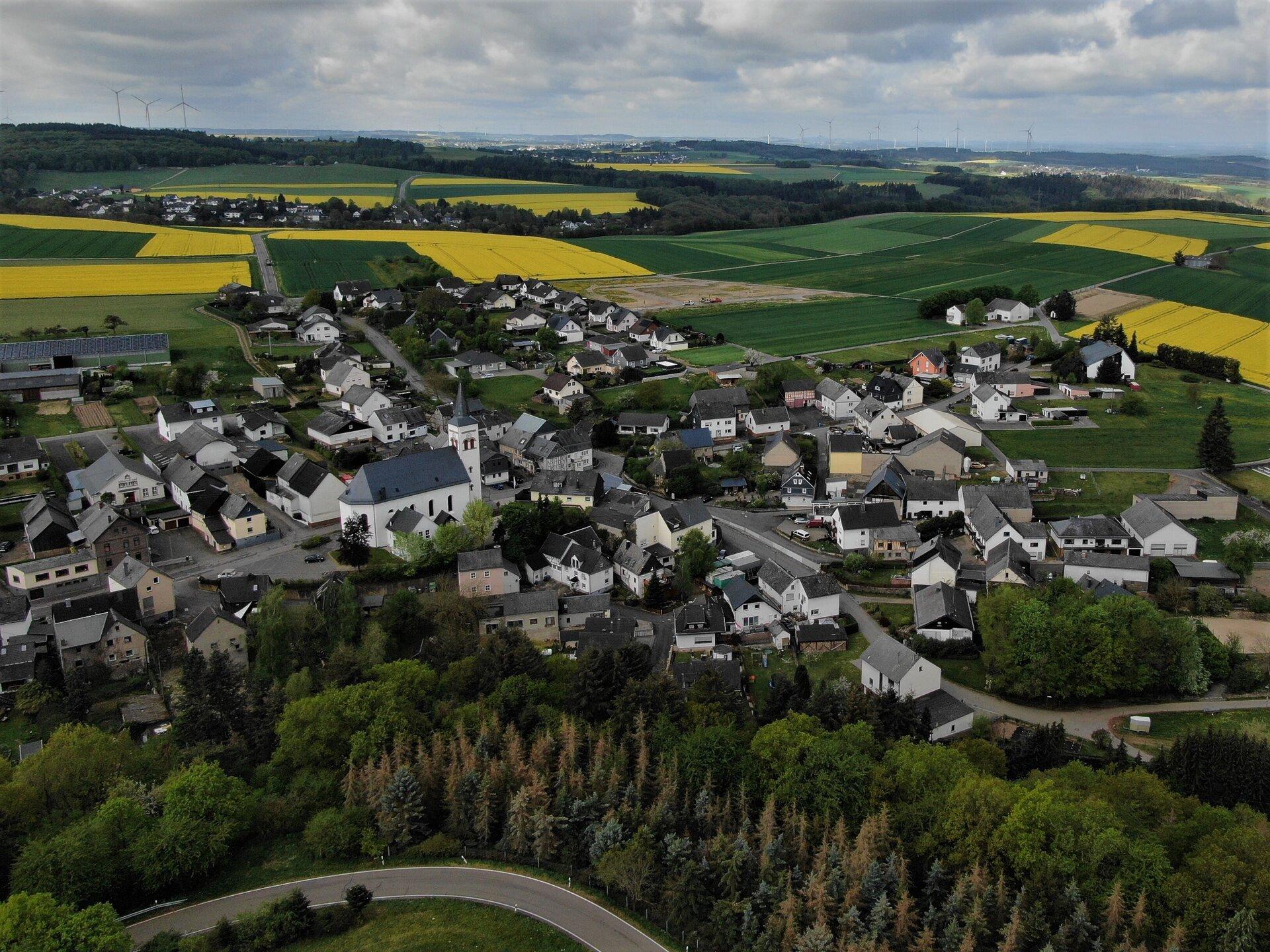 Im Hintergrund: Schnellbach
