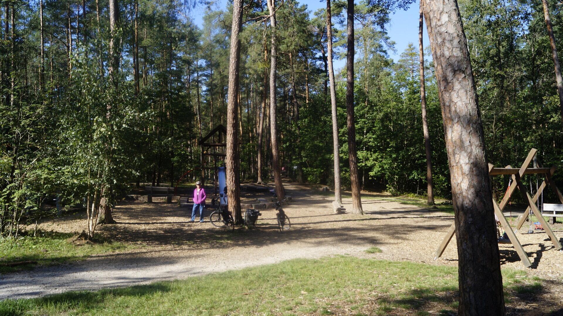 Auf dem Spielplatz im Wald