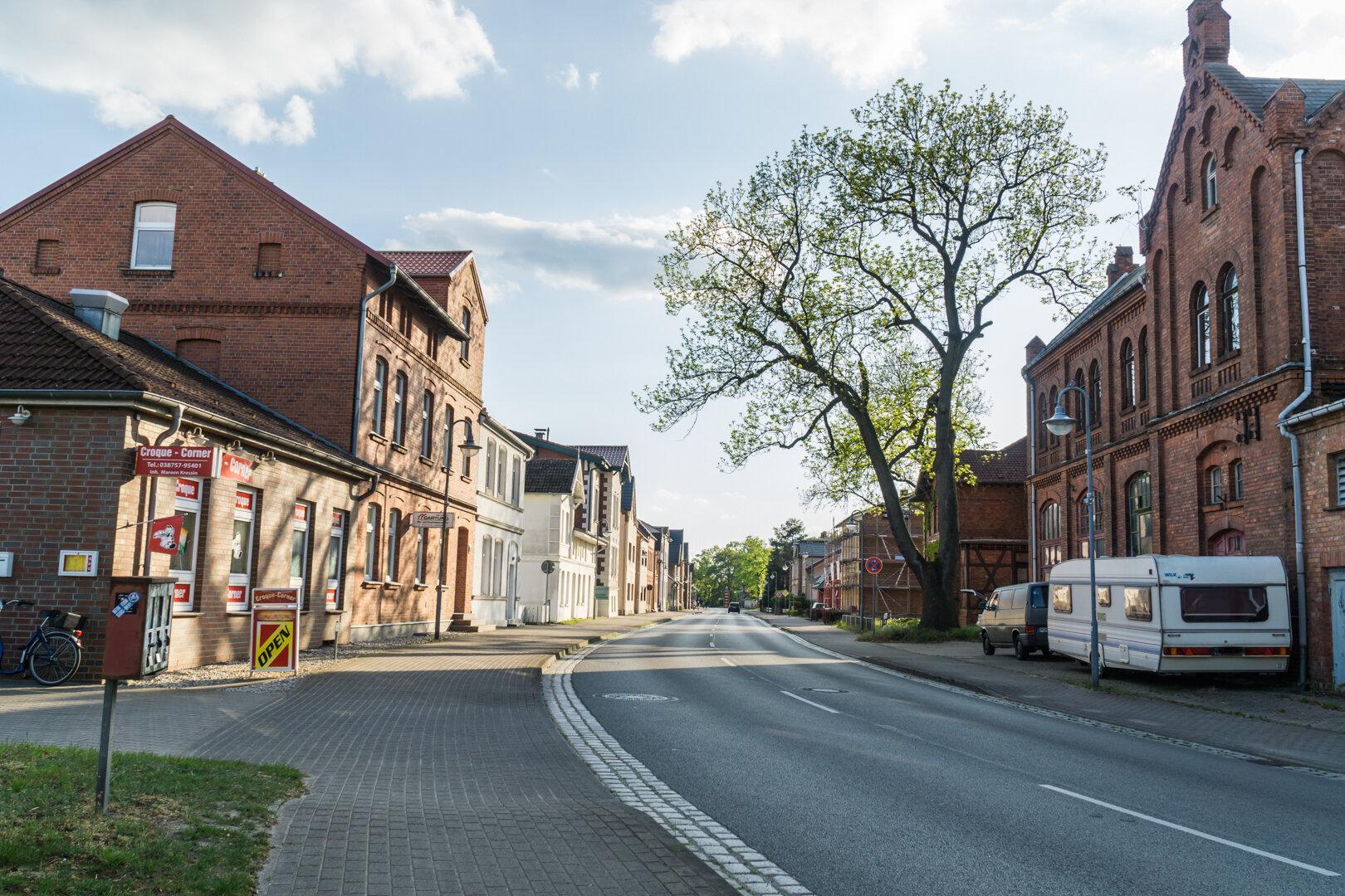 Ludwigsluster_Str._rechts_alte_Feuerwehr_links_Corner