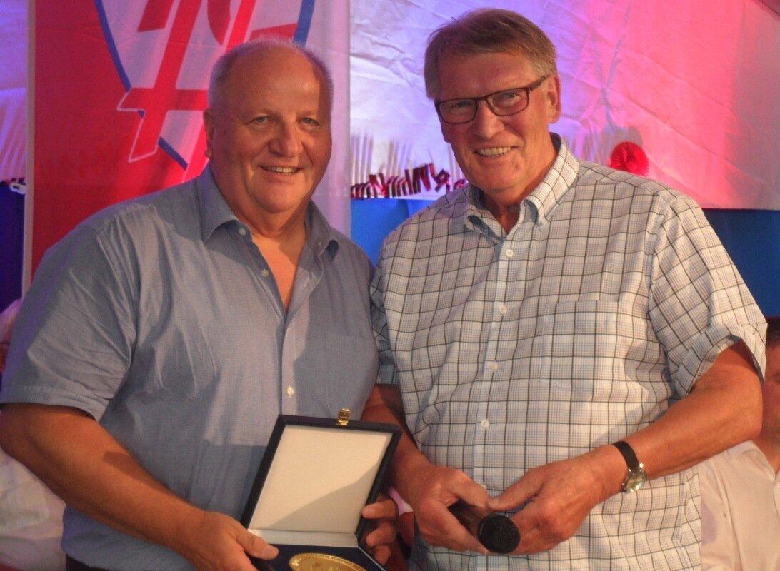 Foto 1: Friedhelm Winkelhake (l.) erhält von Fritz Meier die Plakette des LSB Niedersachsen.