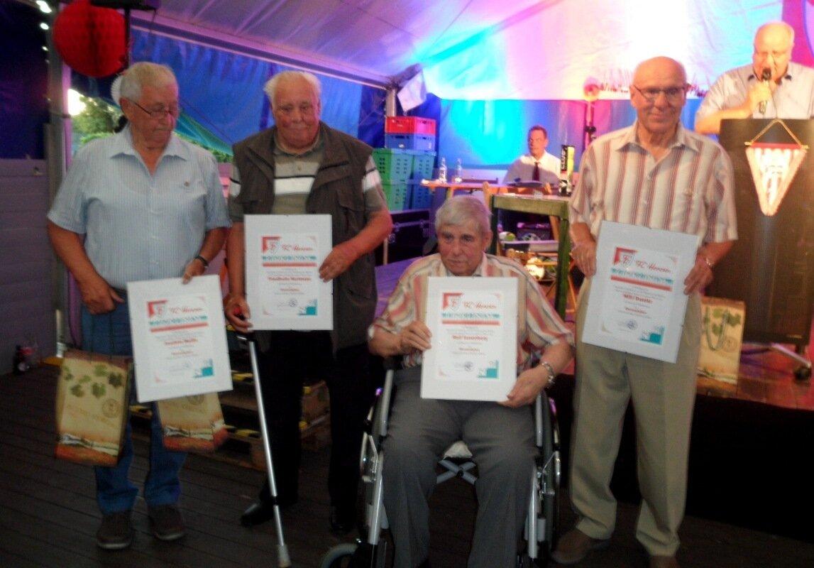 Foto 2: Willi Daseler (v.re.), Rolf Sassenberg, Friedhelm Hartmann und Joachim Melitz werden zu Ehrenmitgliedern ernannt.