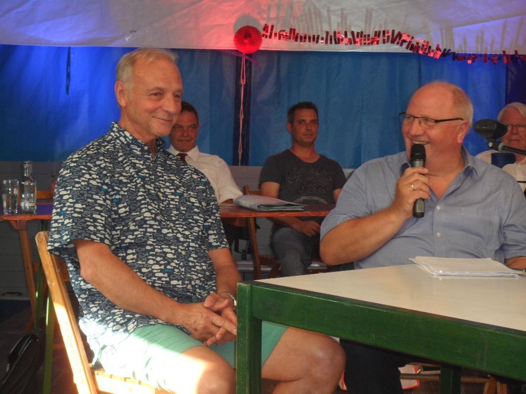 Foto 3: Rüdiger Abramczik (l.) im Gespräch mit Friedhelm Winkelhake.