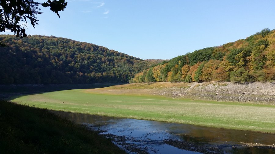 Ausblick Nähe Banfeeck: Herrliche Ausblicke auf den Flusslauf der Eder sowie auf die herbstlich verfärbten Wälder des Natur- und Nationalparks Kellerwald- Edersee.