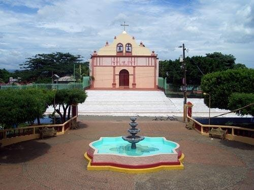 Zentraler-Park-mit-Kirche