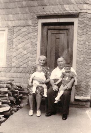 Anna und Nickela Vogt mit ihren Enkeln