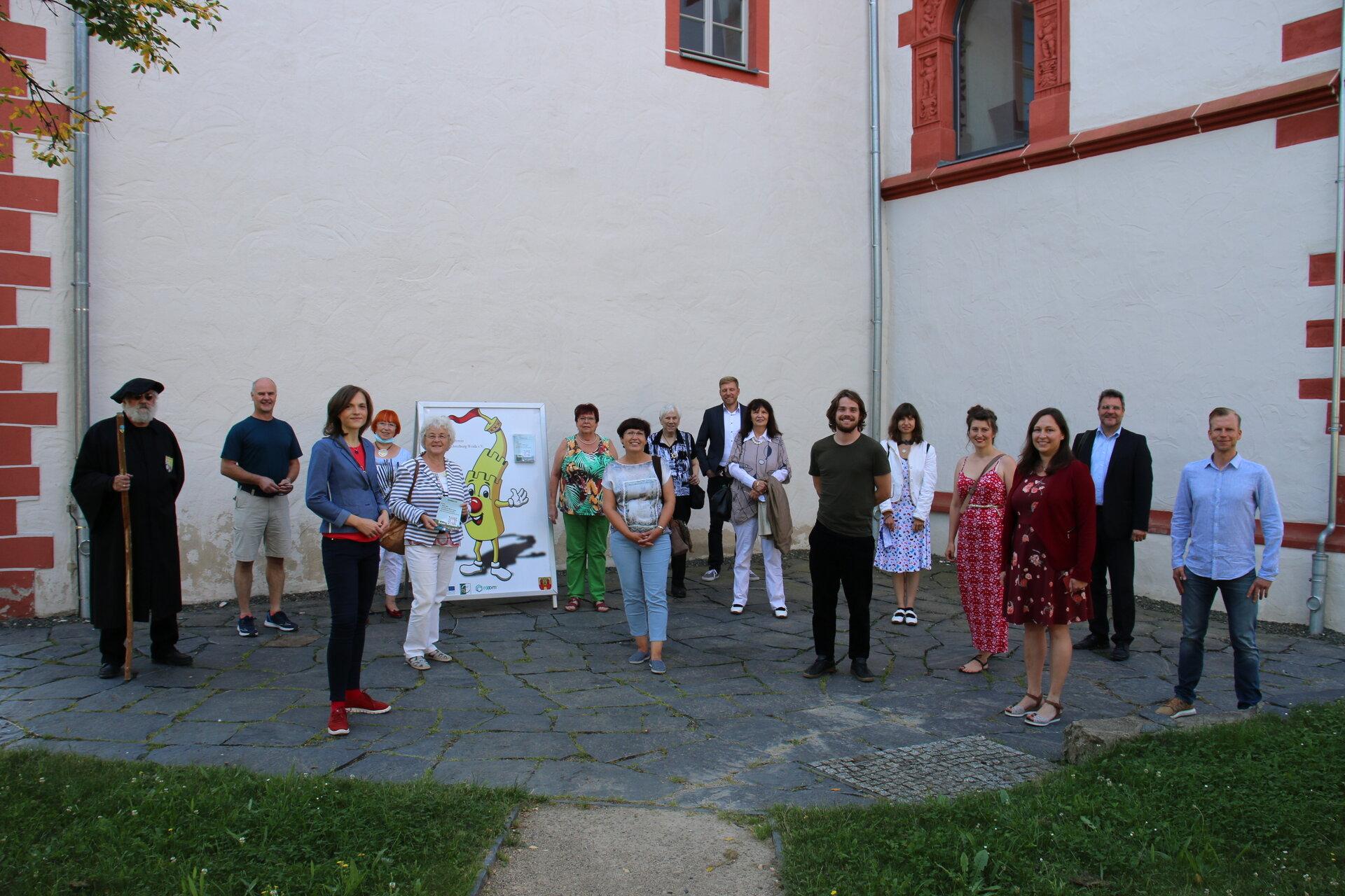 Gruppenbild im Burghof