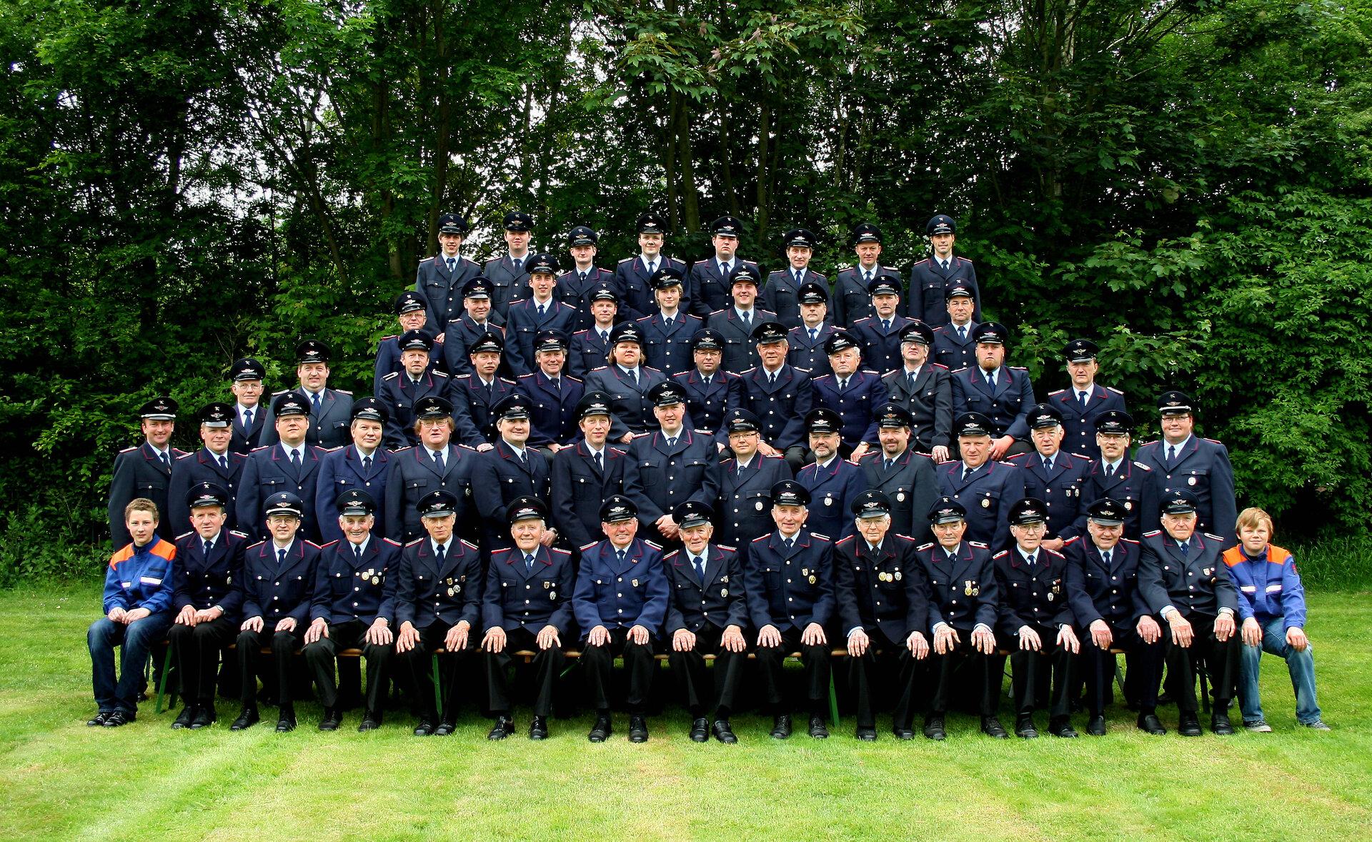 Gruppenfoto zum 60 jährigen Bestehen der Feuerwehr