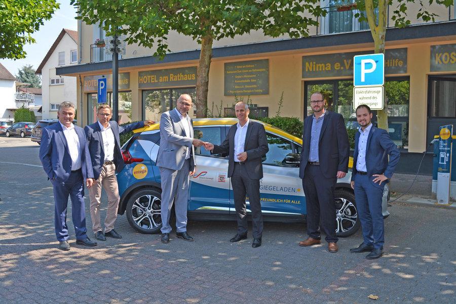Übergabe Opel Ampera E mit der Entega AG, Bürgermeister Gerald Frank und Klimaschutzmanager Eric Maercker