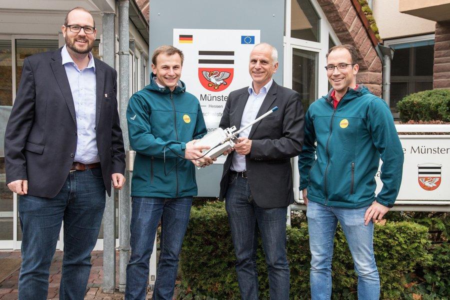 Übergabe des LoRaWAN Gateways und Installation durch die entega AG mit Bürgermeister Gerald Frank und Klimaschutzmanager Eric Maercker