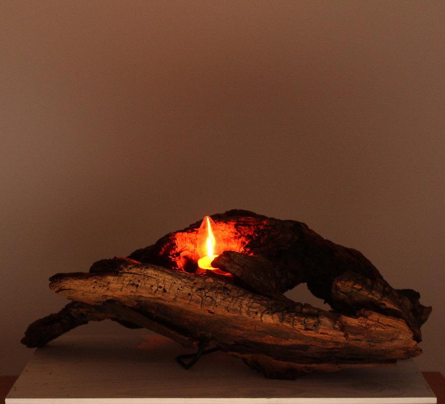 Lampe aus zersetzten Holz, mit einer Flackerkerze (Glühbirne).