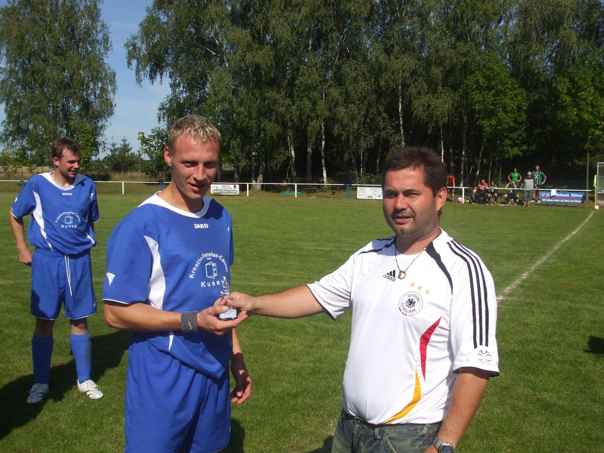 Jens Wille wird von Staffelleiter Andreas Kroggel als Torschützenkönig der Kreisliga 2007-2008 geehrt