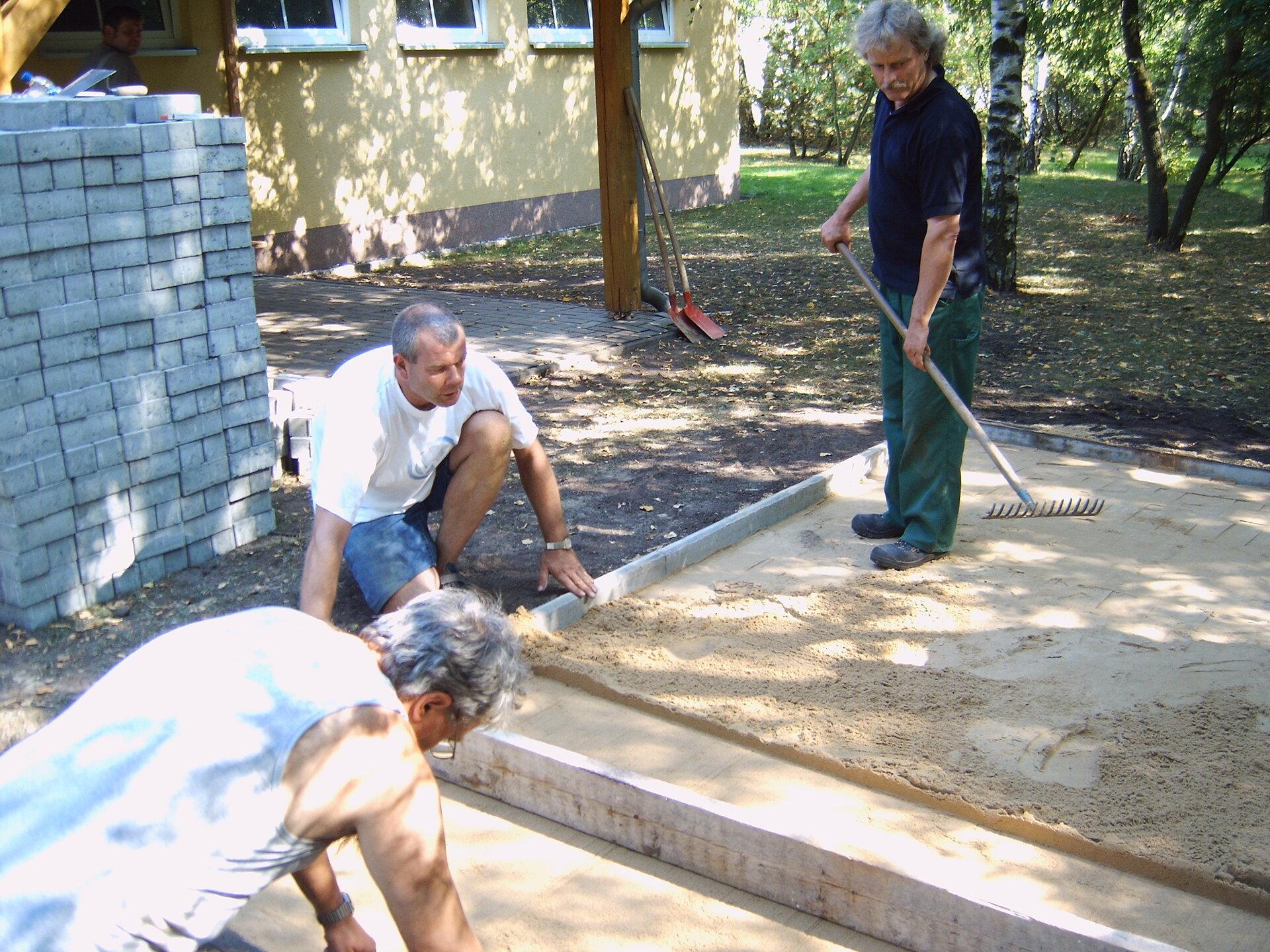 Die Alten Herren bauen unter Leitung von Mario Wagner einen Grillplatz im Jahr 2005