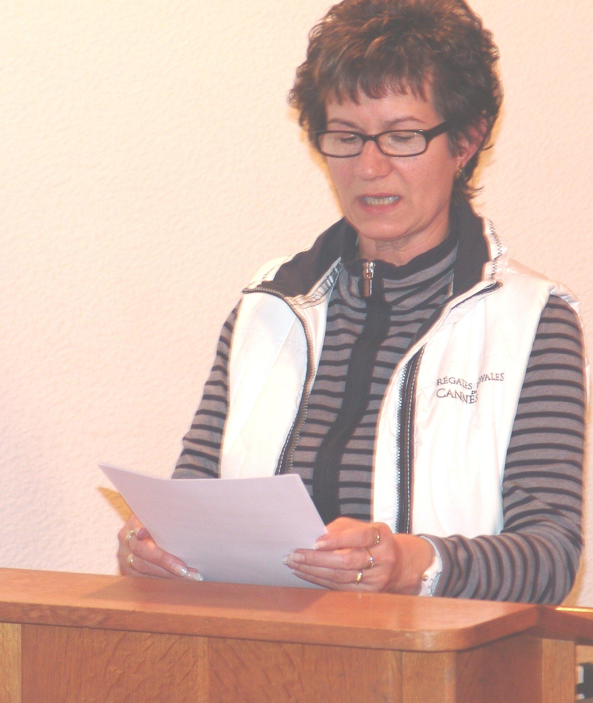 Gundel Nieder, Schatzmeisterin von 2001 - 2015, liest ihren Finanzbericht