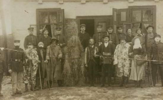 Erbesbärer der Feuerwehr um 1920, vor der Gastwirtschaft Bergmann an der Neuhofer Straße